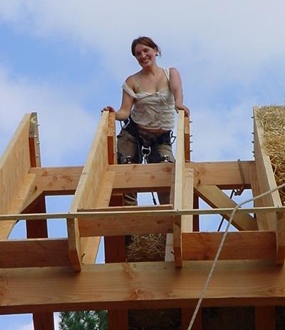photo Helene DECARPIGNIES sur son toit en botte de paille